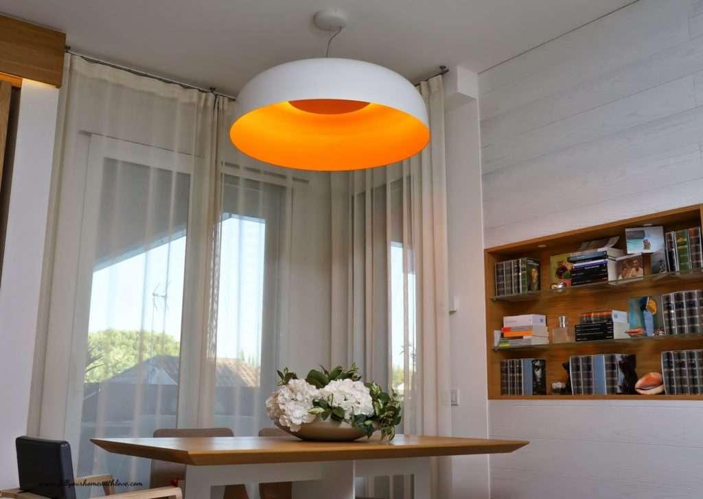 tavolo con lampadario bianco e arancione