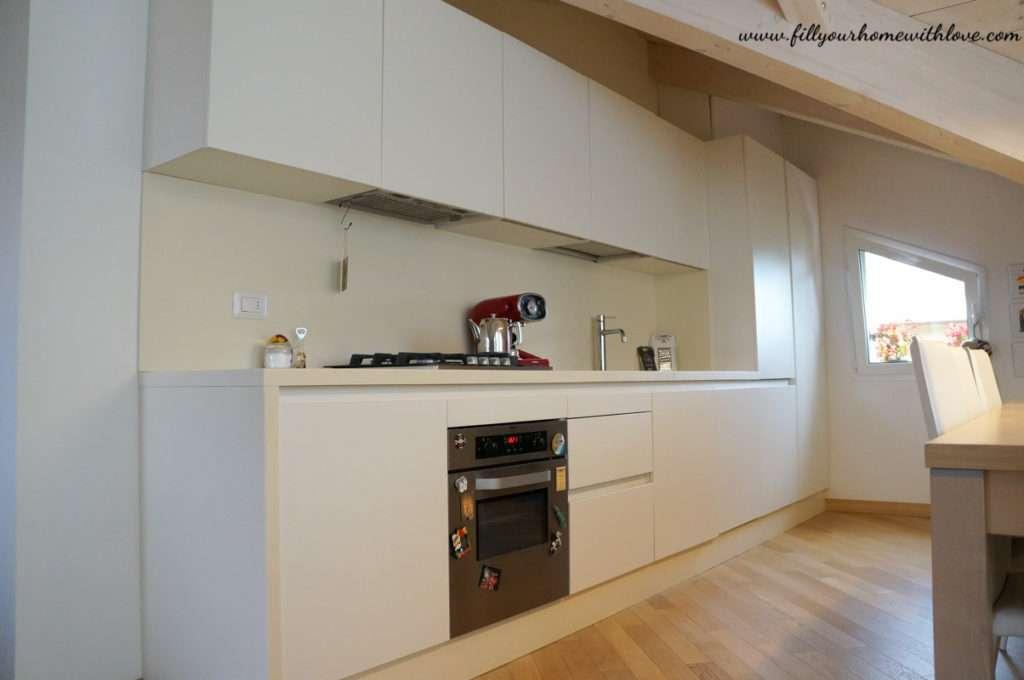 La cucina ampia e funzionale sempre sui toni del bianco