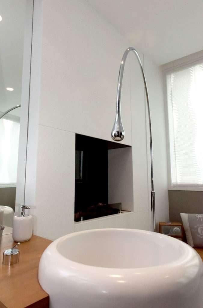 As you can see, the architect gave prominence to the taps and fittings in a modern style, as to become the undisputed protagonists of this renovation.