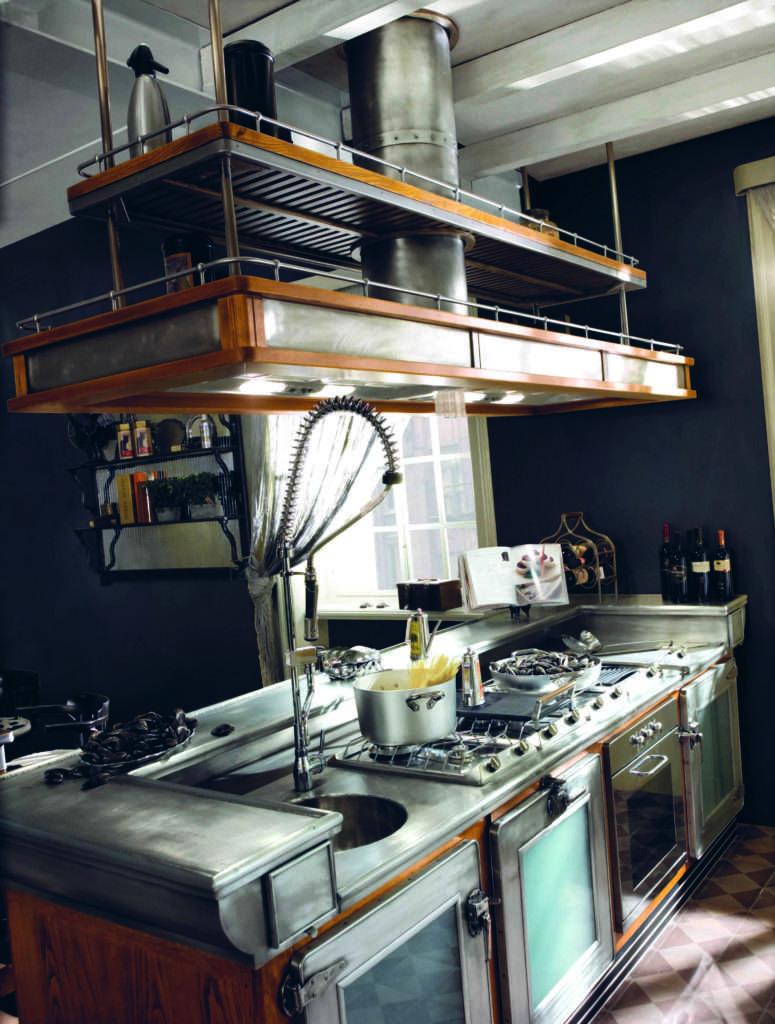 zona cottura di Marchi cucine. Ampi spazi di movimento uniti a tecnologie avanzate in stile industriale