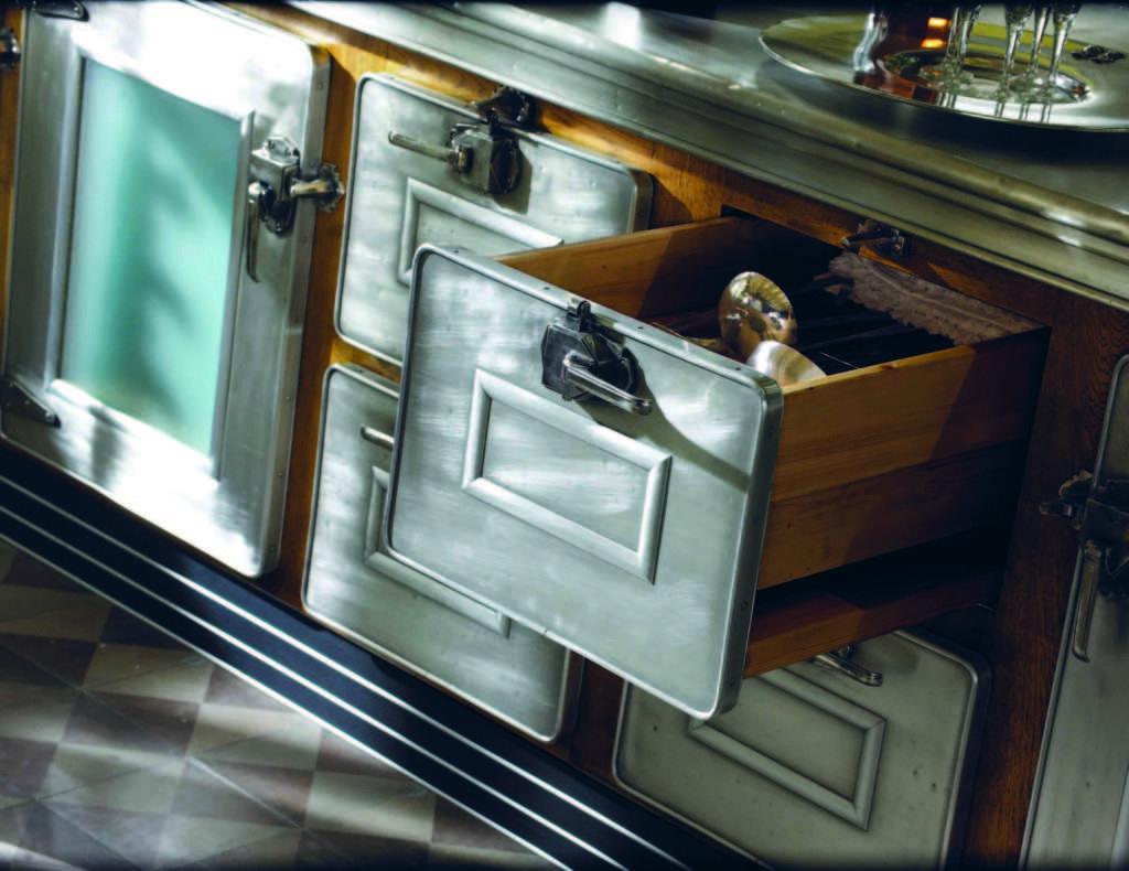 dettaglio marchi cucine realizzata in peltro