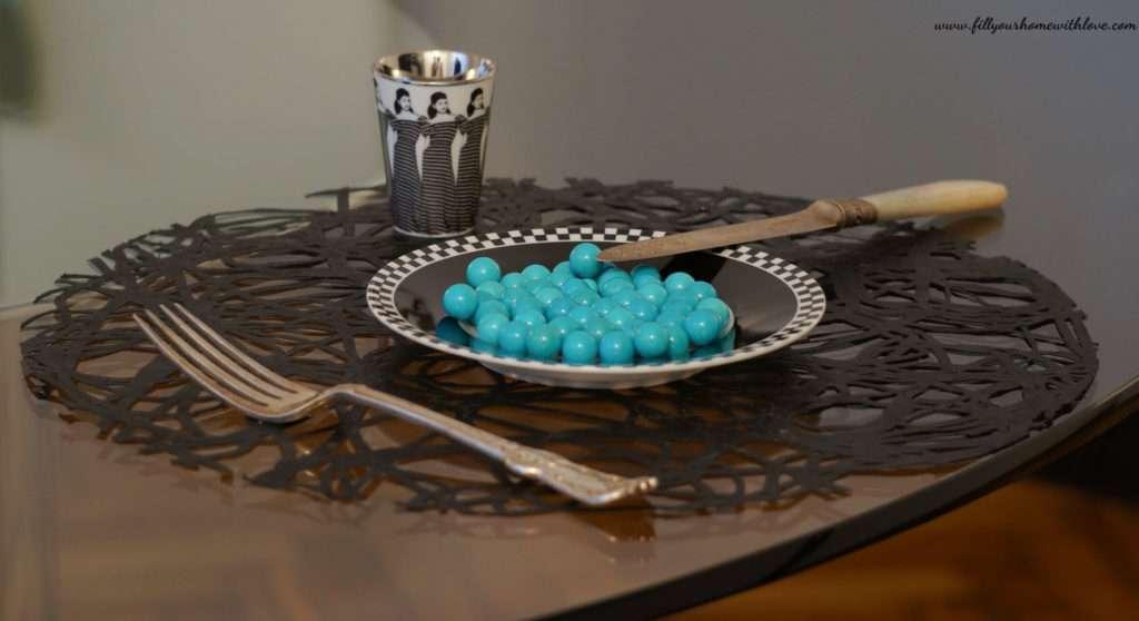 turchese e piatto in porcellana
