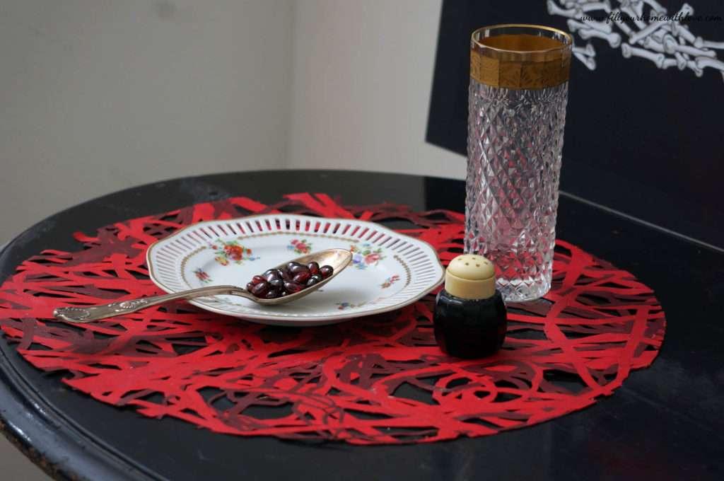 Porcellana a fiori fine 800', Bacche in Granato Naturale Melograno. Cucchiaio in argento e saliera in vetro anni 30'. Bicchiere in cristallo e oro Praga.
