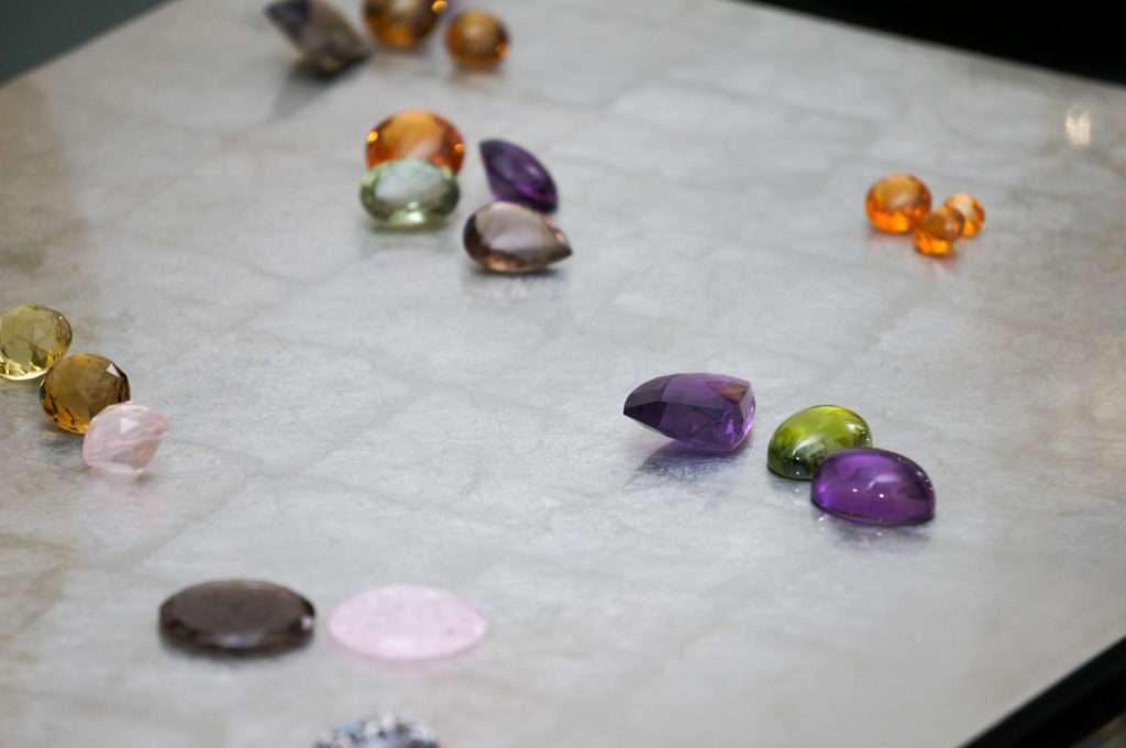 pietre preziose di diverse tipologie, ametista verde, ametista viola, granato mandarino