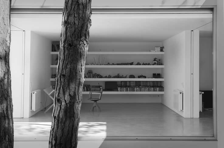 zona Studio all'interno della villa moderna progettata Frederico Valsassina Arquitectos