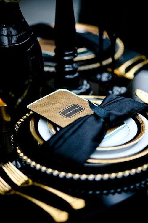 Posate oro e dettagli neri una tavola da sogno
