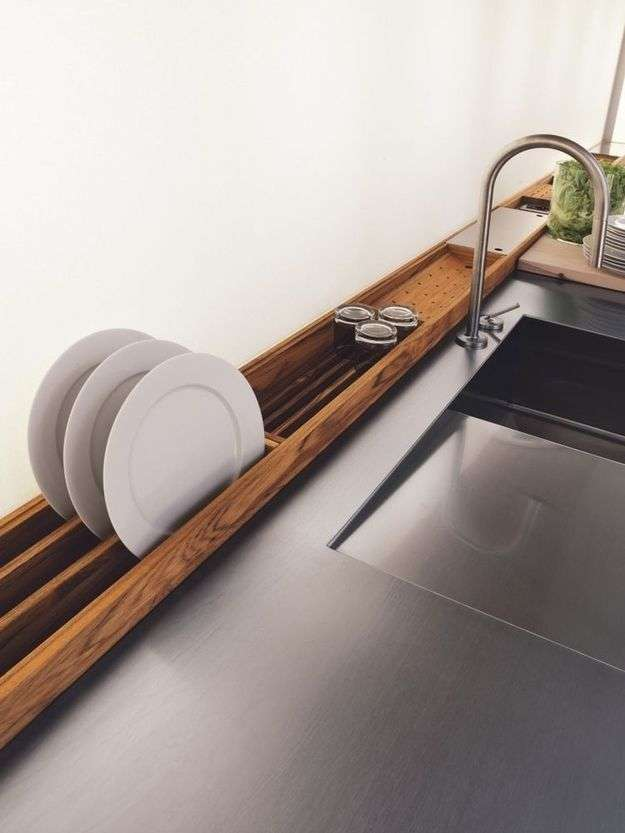cucina centrale in stile moderno con legno e acciaio