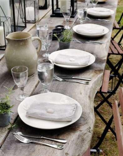 Il color tortora a tavola, piatti e stoviglie dai toni chiari.