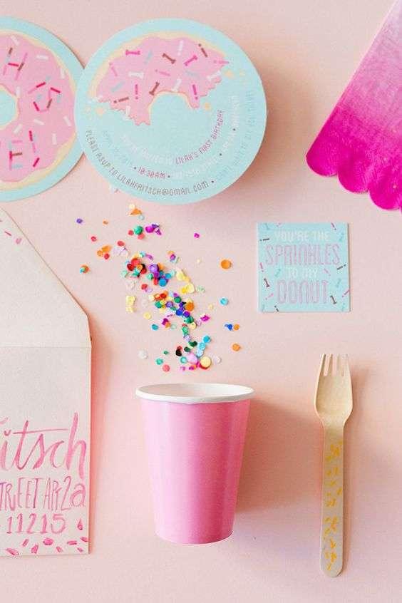 apparecchiare la tavola con piatti e bicchieri di carta