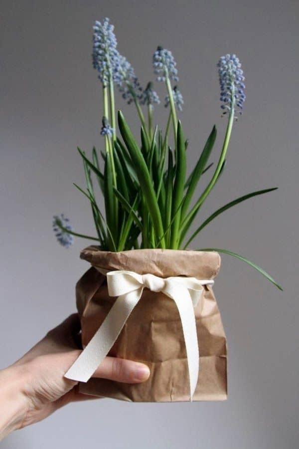 Piccole composizioni floreali come segnaposto