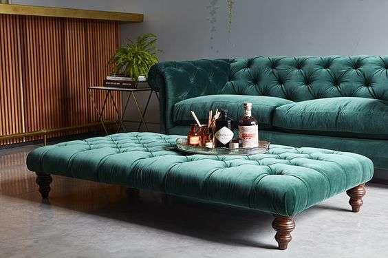 divano velluto verde smeraldo con pouffe