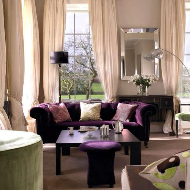 divano velluto viola con sgabello