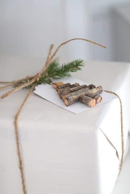 pacchetti regalo natalizi con legnetti