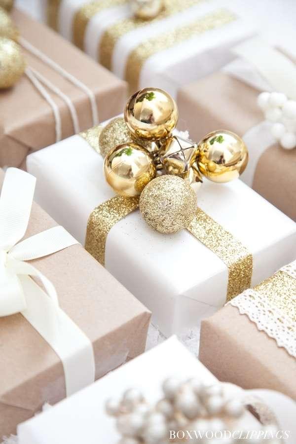 pacchetti regalo natalizi con palline