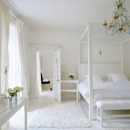 camera da letto bianca con baldacchino