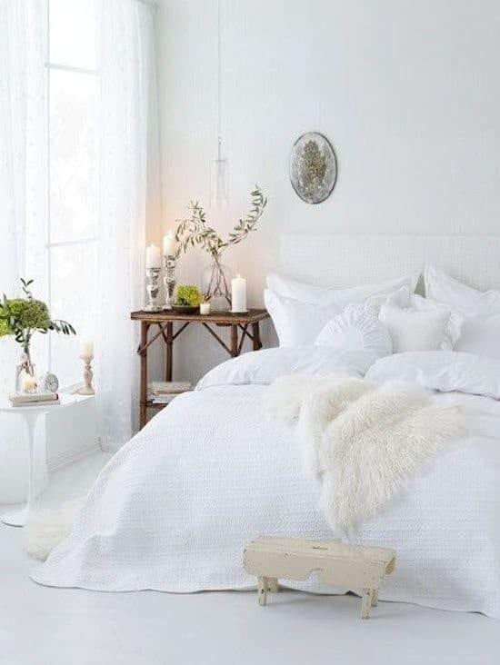 camera da letto bianca con tessili pregiati