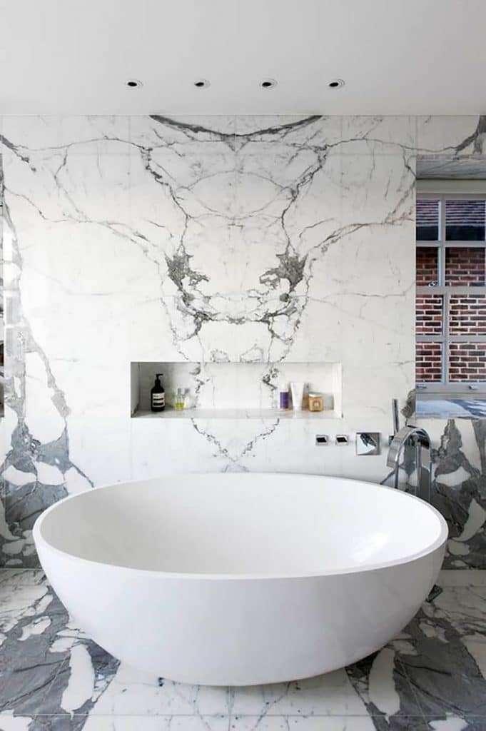 Bagni in marmo con venature a contrasto