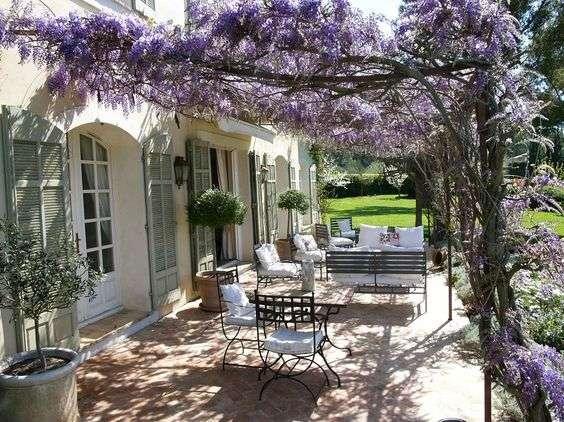 giardini provenzali con patio a copertura naturale