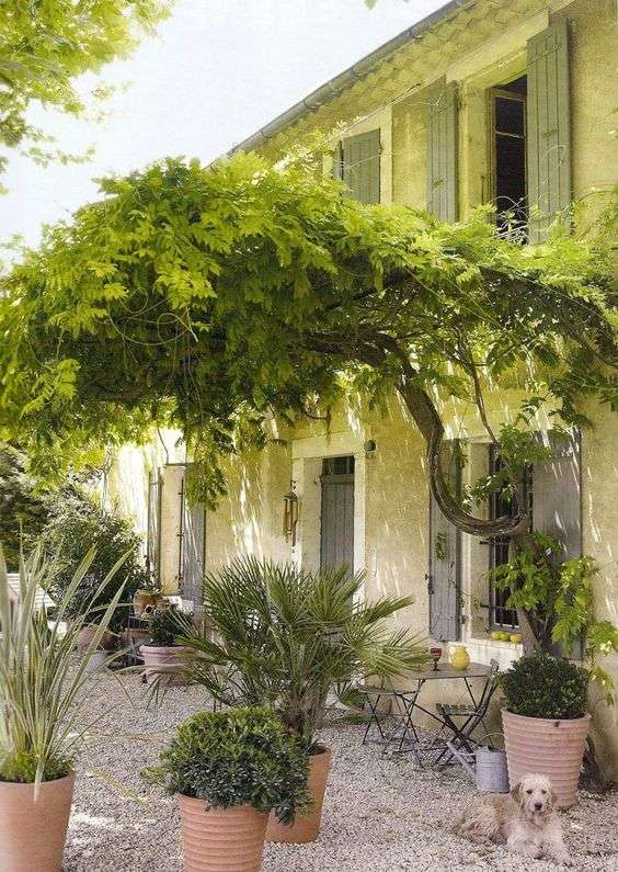 giardino provenzale con vaseria