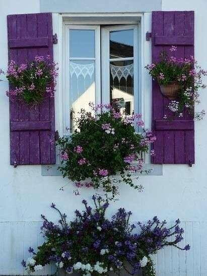 case provenzali con persiane color lavanda