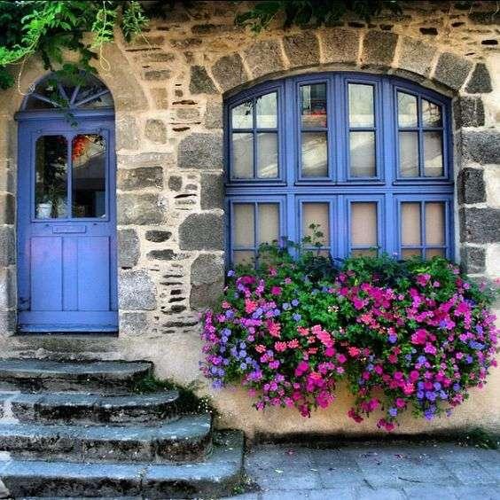 case stile provenzale con finestra lilla