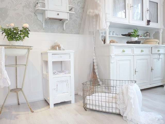 lavanderia bianca arredata con mobili shabby chic