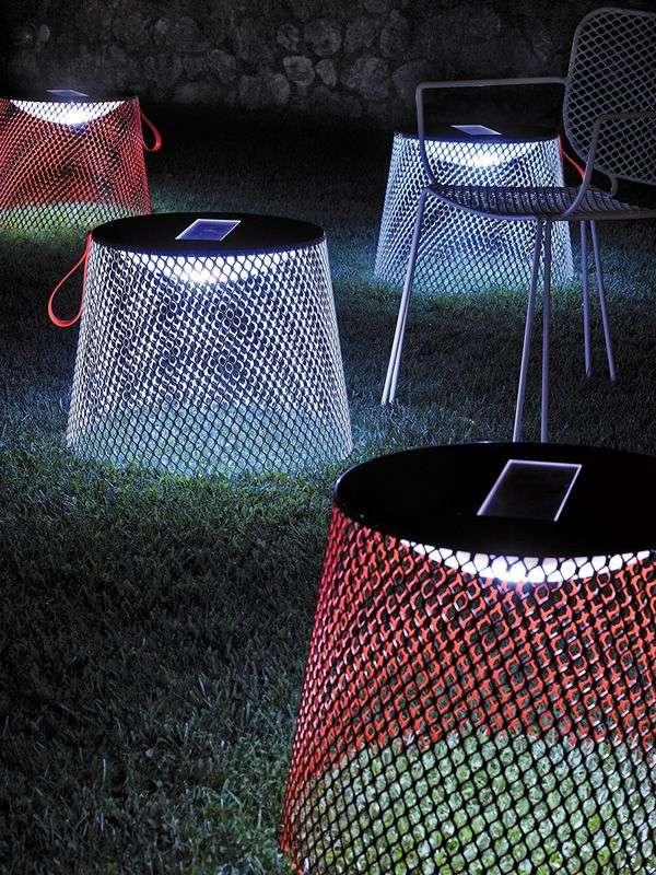 tavolini con pannelli solari come luce da esterno
