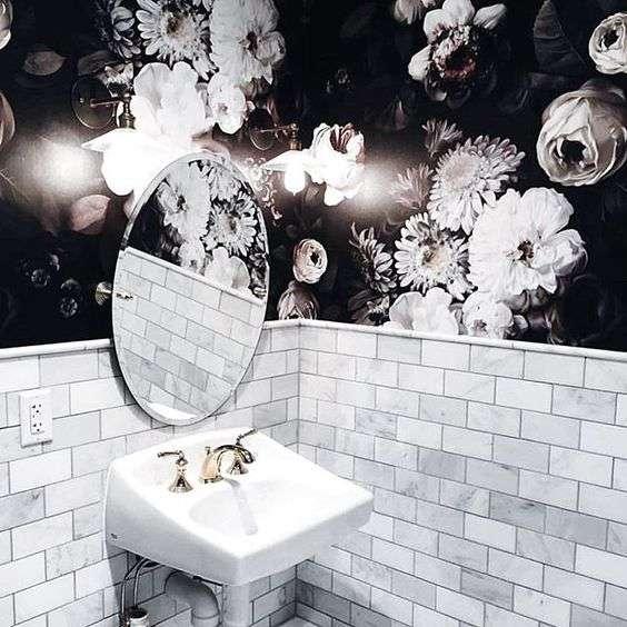 carta da parati e mattoni per la parete del bagno destinata al lavandino
