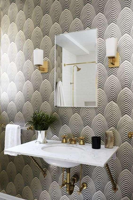 carta da parati per bagno con decorazioni geometriche