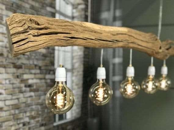 lampadari in legno naturale con elementi sospesi