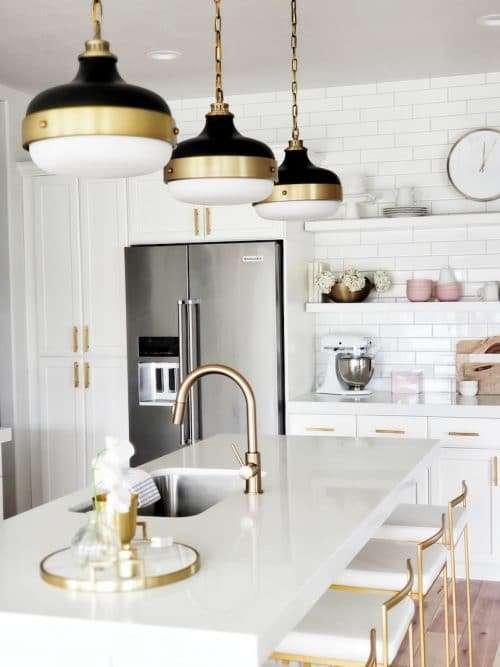 cucina bianca con dettagli in metallo