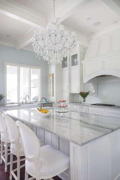 cucina bianca con piana di marmo