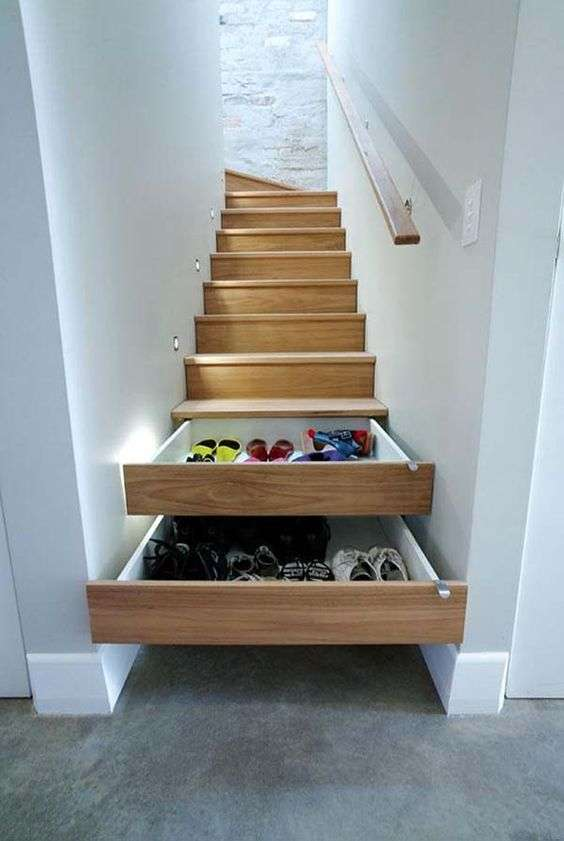 scarpiere nei gradini della scala