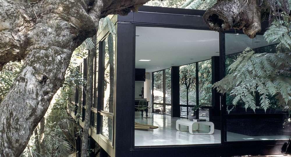 vetrate e arredi minimal nella forest house