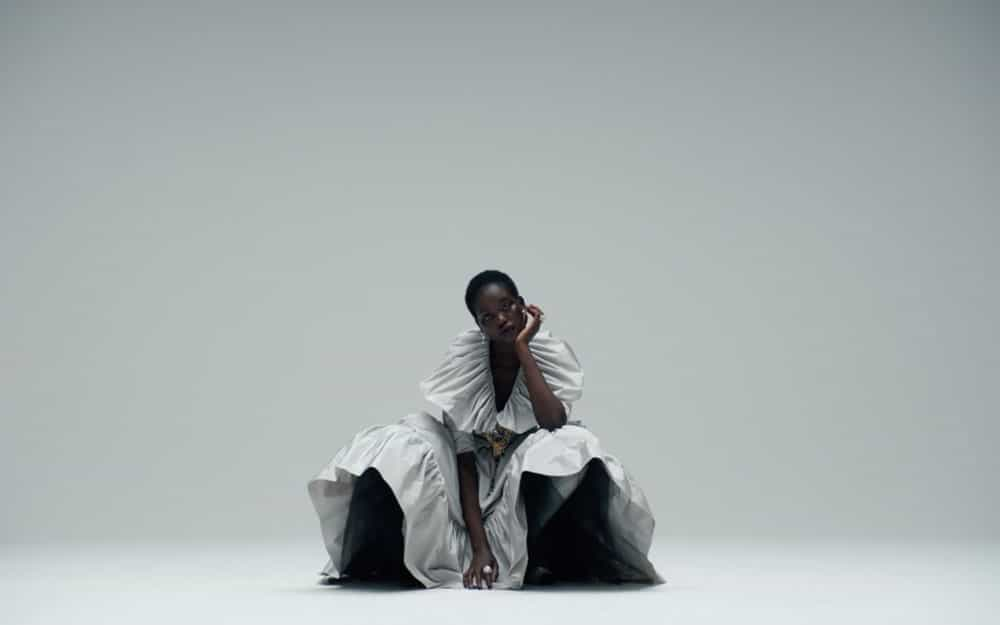 Un-frame-con-Adut-Akech-in-Chanel-by-Mikel-Jansson